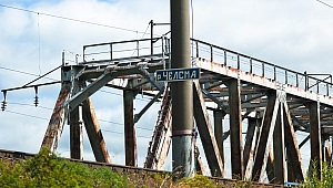 табличка  на железной дороге перед жд-мостом через реку Чёлсму